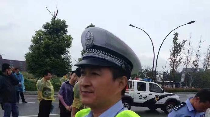 ชาวจีนเอาใจช่วย ตำรวจผู้กล้าหาญ ช่วยคนอื่นแต่ตัวเองบาดเจ็บสาหัส