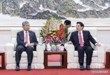 """จีน-มาเลเซีย จับมือร่วมต่อต้านกลุ่มทุจริตโทรคมนาคม เมื่อวันอังคารที่ผ่านมา (10 ม.ค. 2017) กัวเซิงคุน รัฐมนตรีว่าการกระทรวงความมั่นคงสาธารณะจีน ได้ประกาศถึงความคาดหวังที่จะร่วมมือกับประเทศมาเลเซีย ในการกำจัดกลุ่มทุจริตโทรคมนาคมให้มากยิ่งขึ้น โดยนายกัวได้กล่าวระหว่างการประชุมร่วมกับ นายอาหมัด ซาฮิด ฮามิดี รองนายกรัฐมนตรีและรัฐมนตรีว่าการกระทรวงมหาดไทยของมาเลเซีย ในช่วงปลายเดือนพฤศจิกายน 2016 ตำรวจจีนได้รับตัวผู้ต้องสงสัยว่ามีส่วนร่วมในคดีทุจริตโทรคมนาคมจำนวน 74 คนที่เดินทางจากมาเลเซียมายังประเทศจีน ซึ่งเป็นคดีที่กอบโกยเงินไปมากกว่า 60 ล้านหยวน (ประมาณ 308 ล้านบาท) """"ทั้งสองประเทศควรส่งเสริมความไว้วางใจทางการเมือง ขยายความร่วมมือในทางปฏิบัติ และสร้างความสำเร็จในการโต้ตอบกลุ่มอาชญากรข้ามพรมแดน ซึ่งรวมถึงกลุ่มก่อการร้าย กลุ่มค้ายาเสพติด และกลุ่มทุจริตทางโทรคมนาคมให้มากยิ่งขึ้น"""" นายกัวกล่าว จีนและมาเลเซียควรจะทำงานเพื่ออำนวยความสะดวกด้านการค้าและการเดินทาง รวมถึงส่งเสริมสภาพแวดล้อมที่เอื้อต่อความเจริญรุ่งเรืองของทั้งสองประเทศและภูมิภาคให้มากยิ่งขึ้น นายกัวกล่าว ด้านนายอาหมัดก็ได้กล่าวว่ามาเลเซียจะเพิ่มความเข้มงวดในการบังคับใช้กฎหมาย และเพิ่มความร่วมมือด้านความปลอดภัยกับปกระเทศจีน เพื่อกระตุ้นให้ความสัมพันธ์ของพวกเขาก้าวหน้ามากยิ่งขึ้น"""