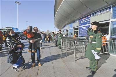 สายใยผ่านสายตา!พ่อแม่ชาวจีนแอบมาเยี่ยมลูกชายระหว่างปฏิบัติหน้าที่