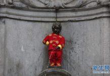 """รูปปั้นเด็กยืนฉี่ในกรุงบรัสเซลส์ใส่ """"ชุดจีน"""" รับตรุษจีน"""