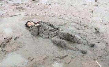 ตำรวจจีนช่วยชีวิต หญิงแก่ล้มในสระบัว นอนตัวแข็งลุกไม่ขึ้น