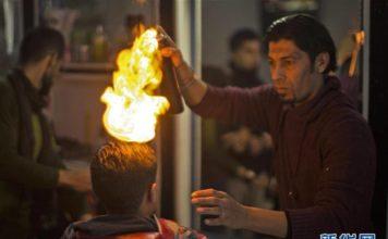 ไอเดียสุดแปลก! ช่างตัดผมชาวปาเลสไตน์ใช้ไฟยืดผม