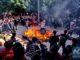 ชาวบ้านในฝูเจี้ยนแบกรูปปั้นเทพเจ้าเดินผ่านไฟด้วยเท้าเปล่า