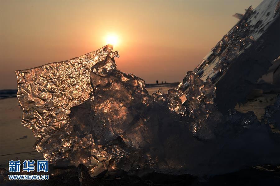 น้ำแข็งท่ามกลางแสงแดดที่สาดส่อง ณ ชายแดนจีน-รัสเซีย